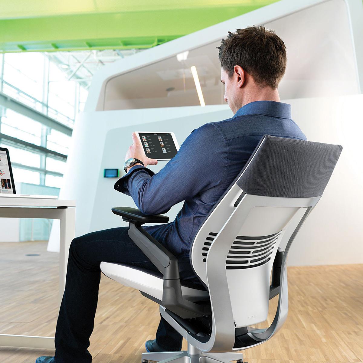Steelcase Gesture Gamingstuhl mit Armlehnen und Stofftop Aktionsmodell