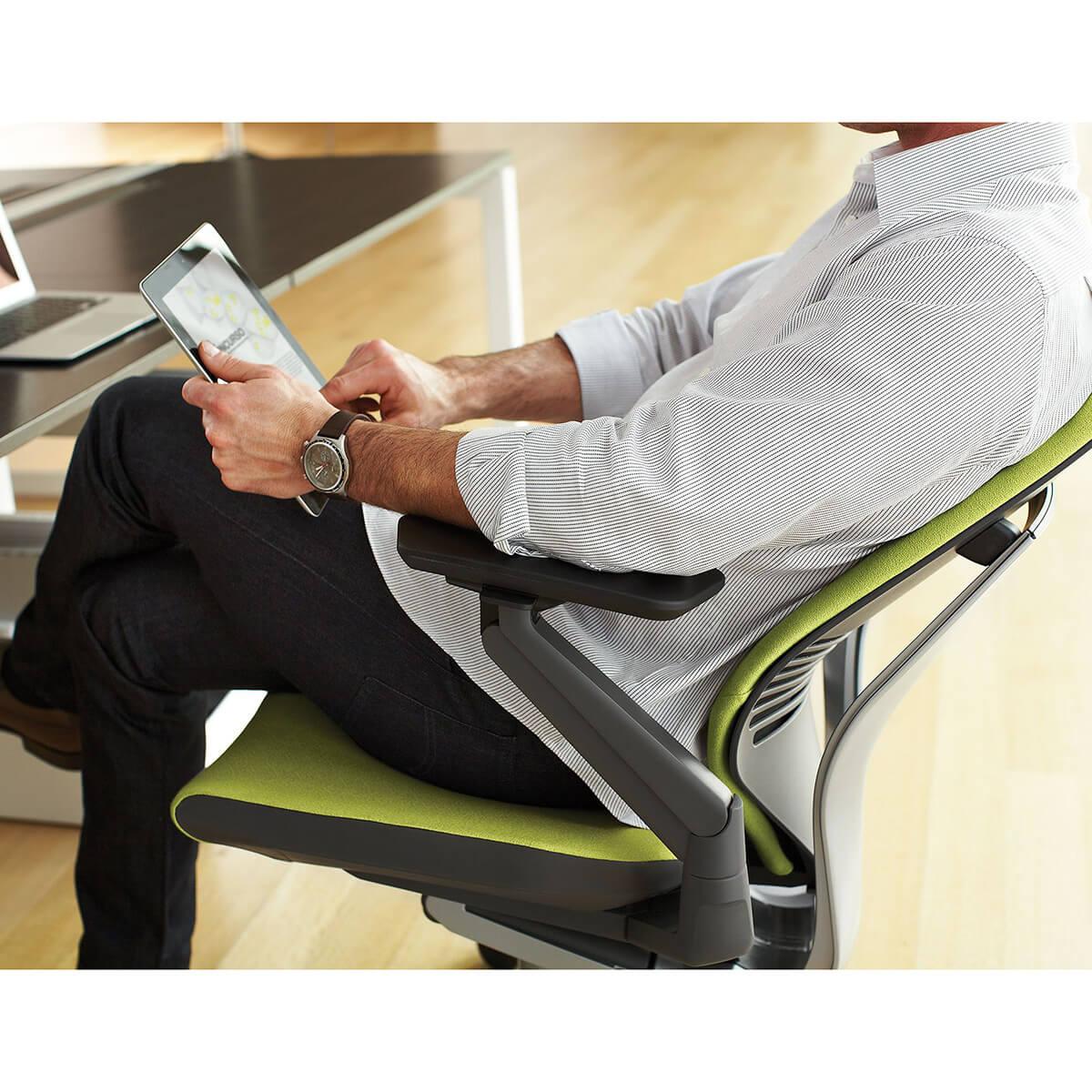 Steelcase GESTURE Executive Bürostuhl mit Lederbezug und Kopfstütze